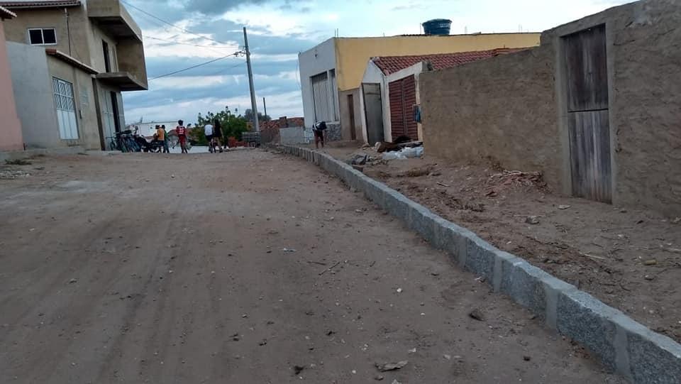 Prefeitura Municipal instalou meio fios na Rua Antônio Germano