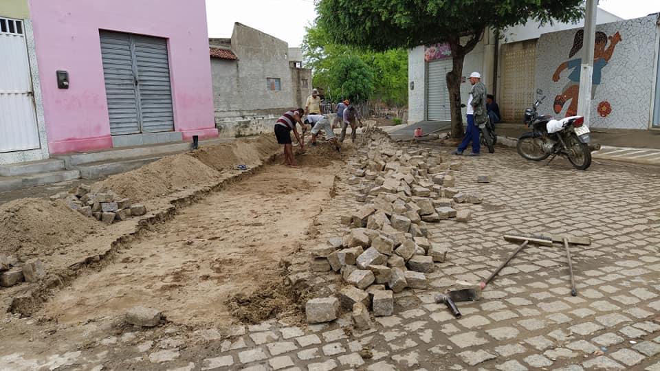 Secretaria Municipal de Infraestrutura realizou melhorias no calçamento em frente ao Ginásio Valdo Pereira