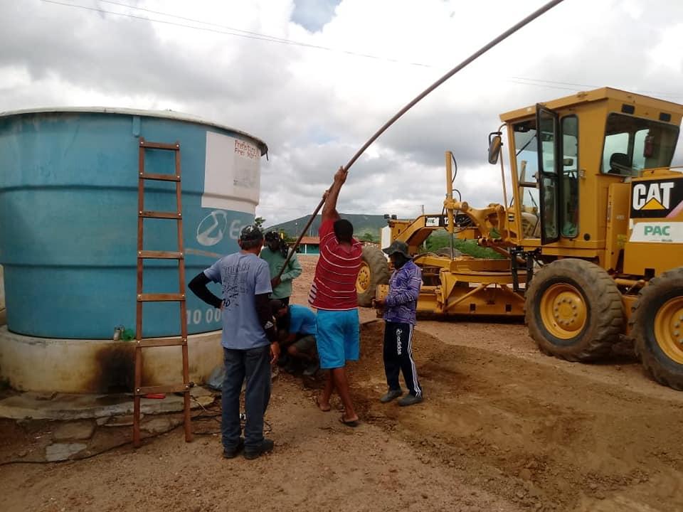 Prefeitura Municipal atende solicitação e encana água para caixa d'água da segunda vila na Comunidade Timbaúba