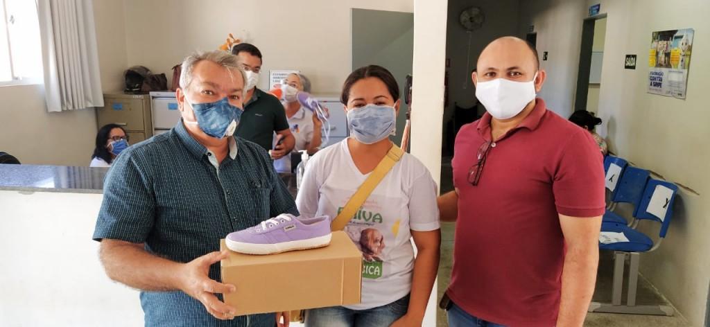 A Gestão Municipal faz entrega de calçados doados pelo Instituto Alpargatas